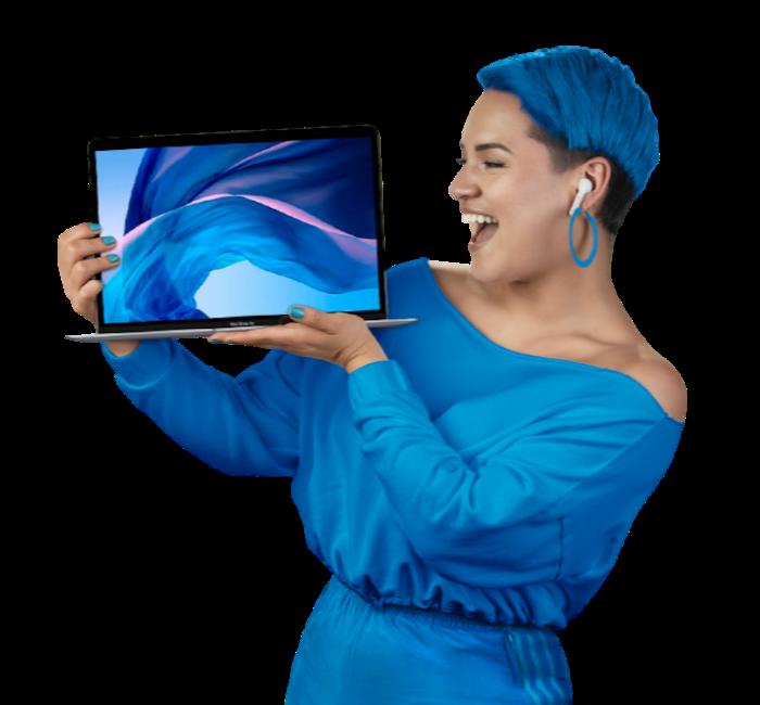 Foto de una mujer señanalando el texto promocional con una expresión de sorpresa